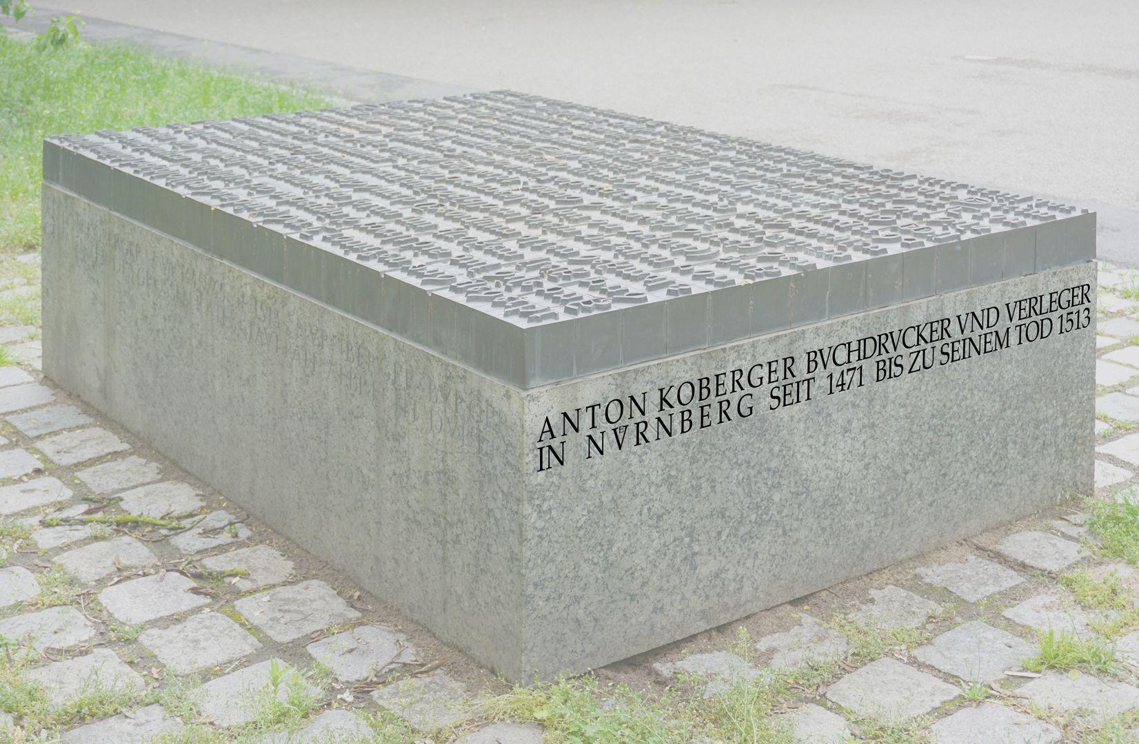 Anton Koberger / Gedenkstein Schrägansicht auf die linke Seite mit Inschrifttext (nachträgliche Fotobearbeitung)