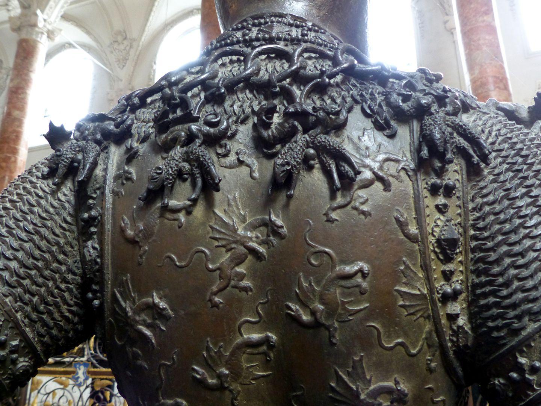 König Artus (Innsbruck) Harnisch mit Drachen, Kette mit Lämmern, Detail