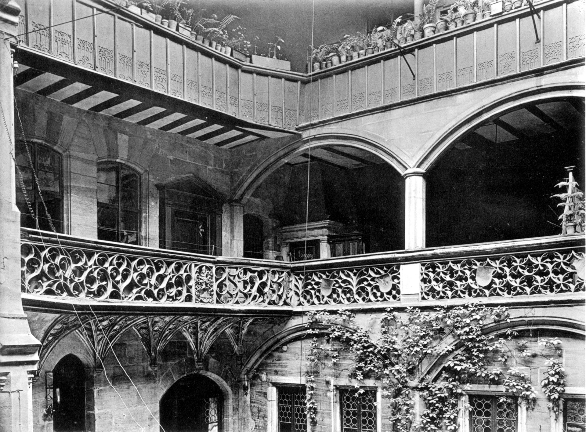 Hof des Anwesens von Peter Imhoff Maßwerkbrüstungen /  Profanbau in Nürnberg (Wien-Leipzig)