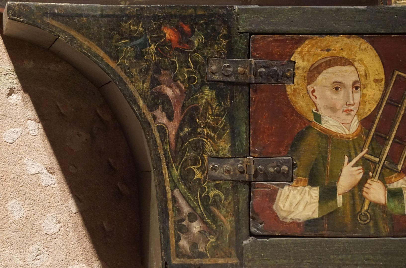 Krell-Altar linker Predellaabschluss mit Blattmalerei und Laurentius