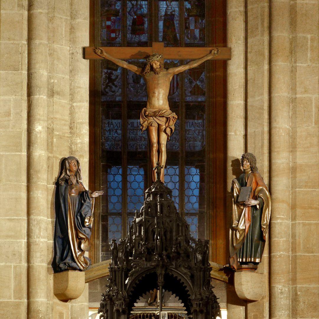 Assistenzfigur Gesamtansicht der Kreuzigungsgruppe mit Sebaldusgrab im Vordergrund