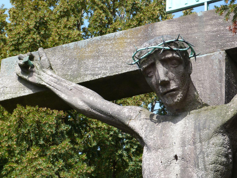Christus am Kreuz Detailansicht mit Oberkörper und rechtem Arm