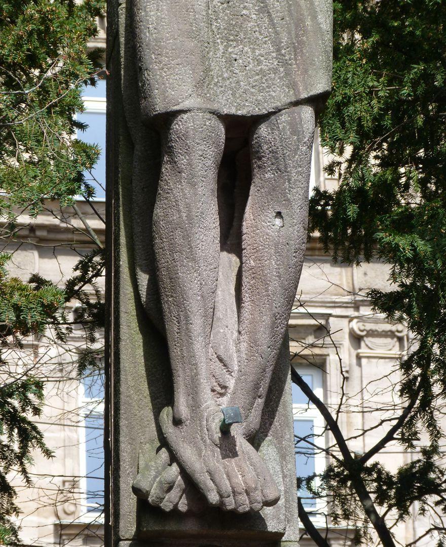 Christus am Kreuz Detail mit Beinen und Füßen
