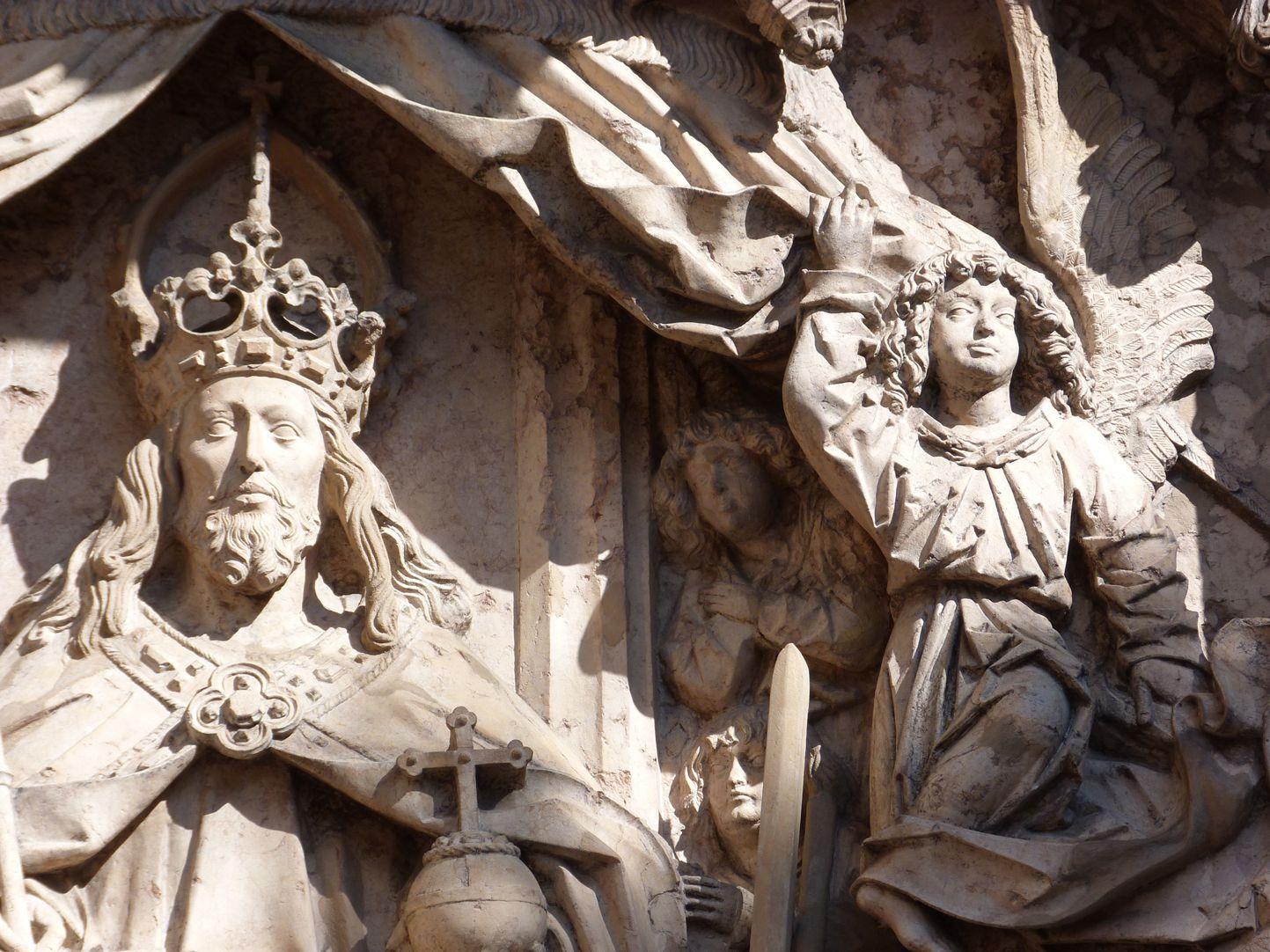 Epitaph des Kunz Horn Detail, Christus mit dem zu seiner Rechten den Baldachinvorhang öffnenden Engel