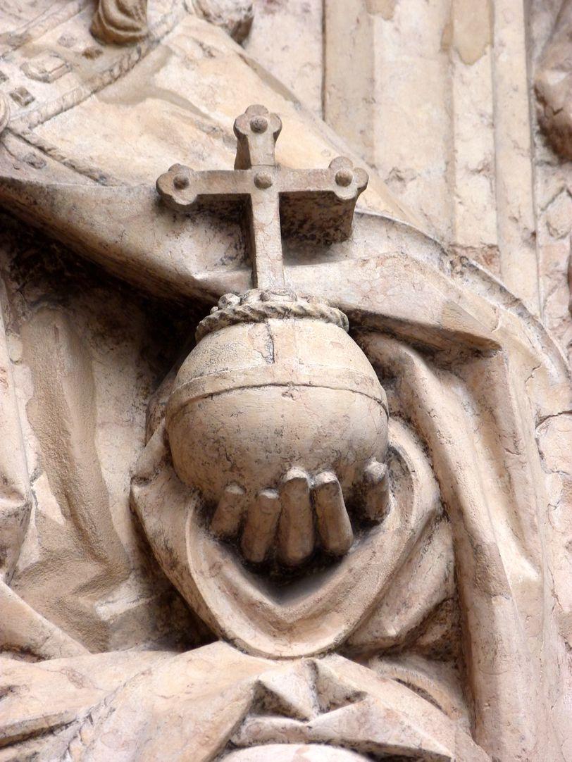 Epitaph des Kunz Horn linke Hand Gottes mit der Weltkugel