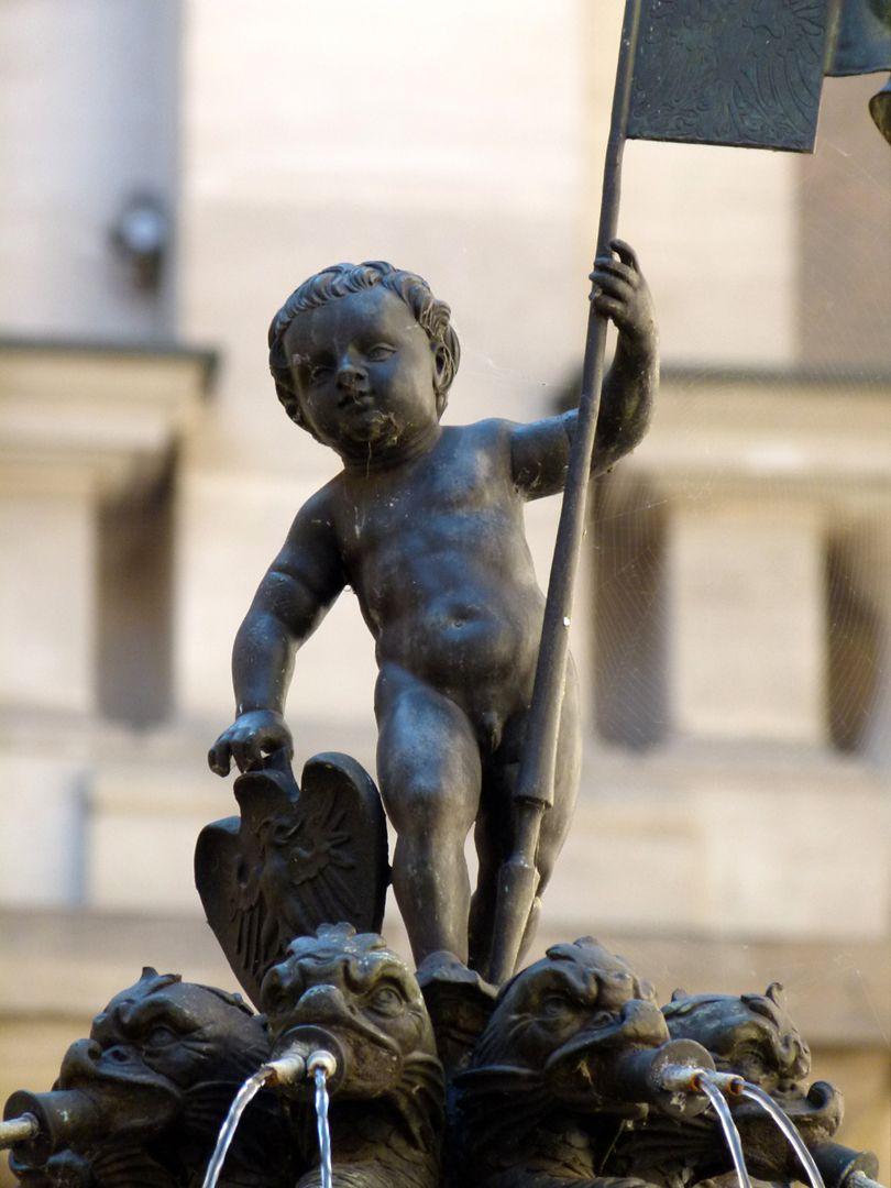 Puttobrunnen Putto von 1557 als Fahnen- und Nürnberger Wappenträger über den acht Drachenspeiern