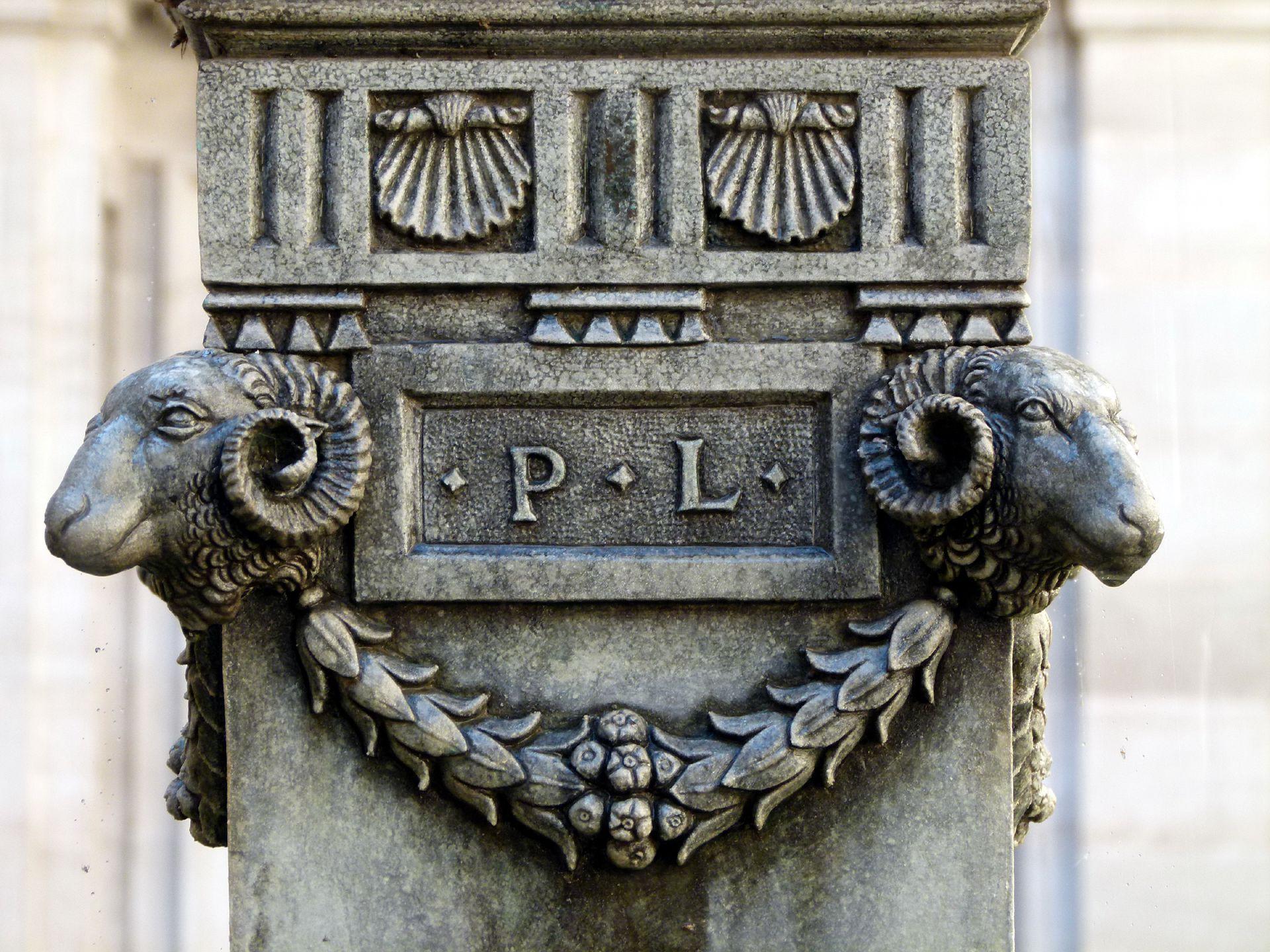 Puttobrunnen Signatur von Pankraz Labenwolff zwischen Widderköpfen und Girlande