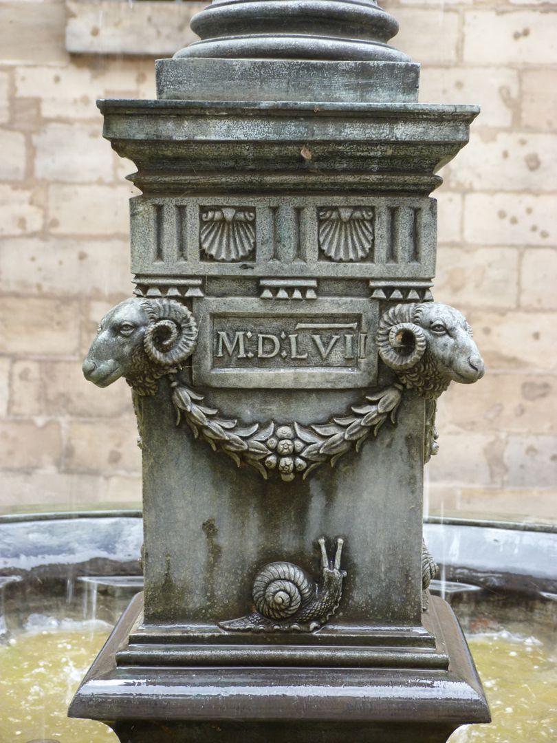 Puttobrunnen Datum, Widderköpfe, Girlande und Schnecke