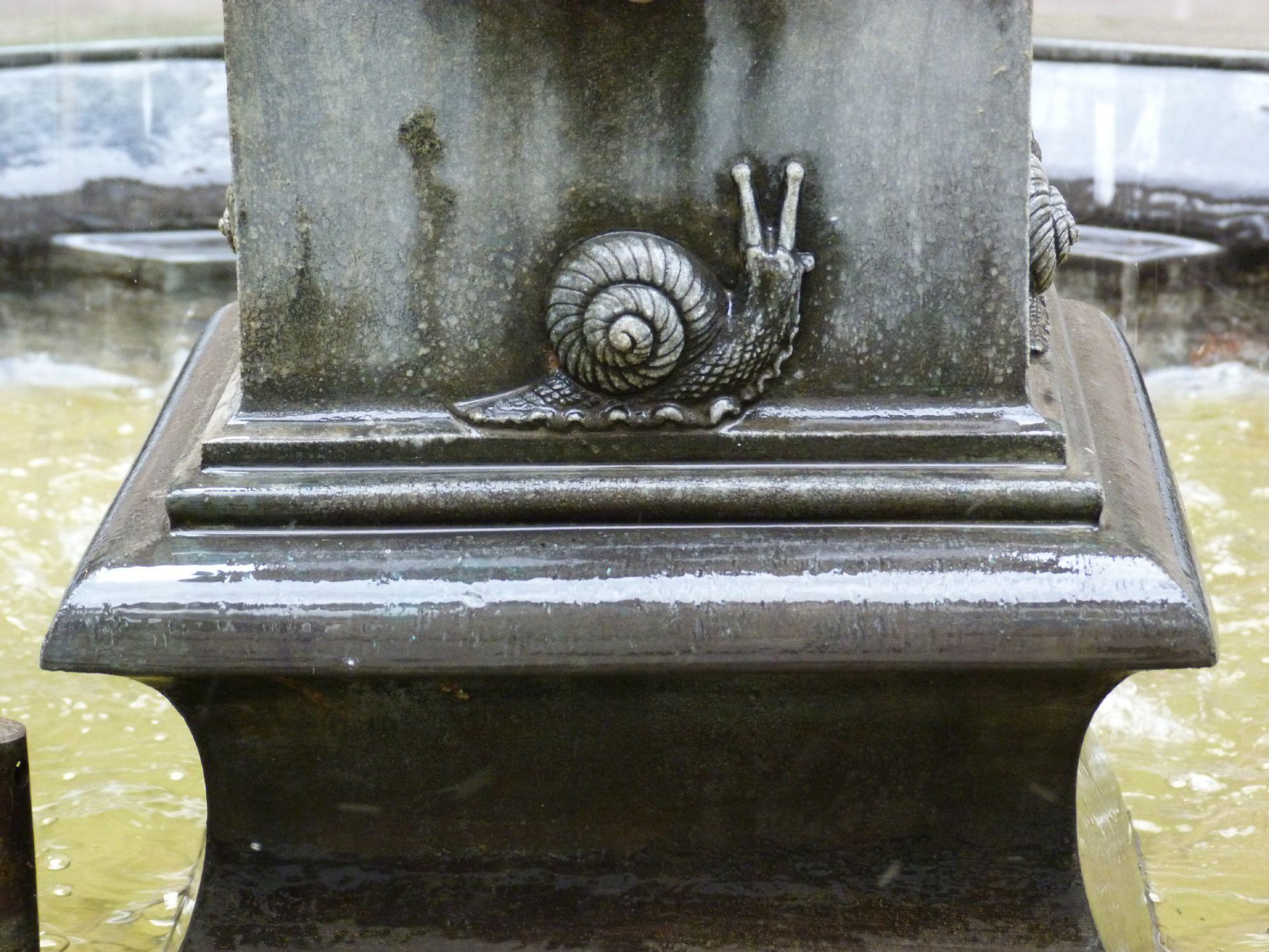 Puttobrunnen Podest mit Schnecke