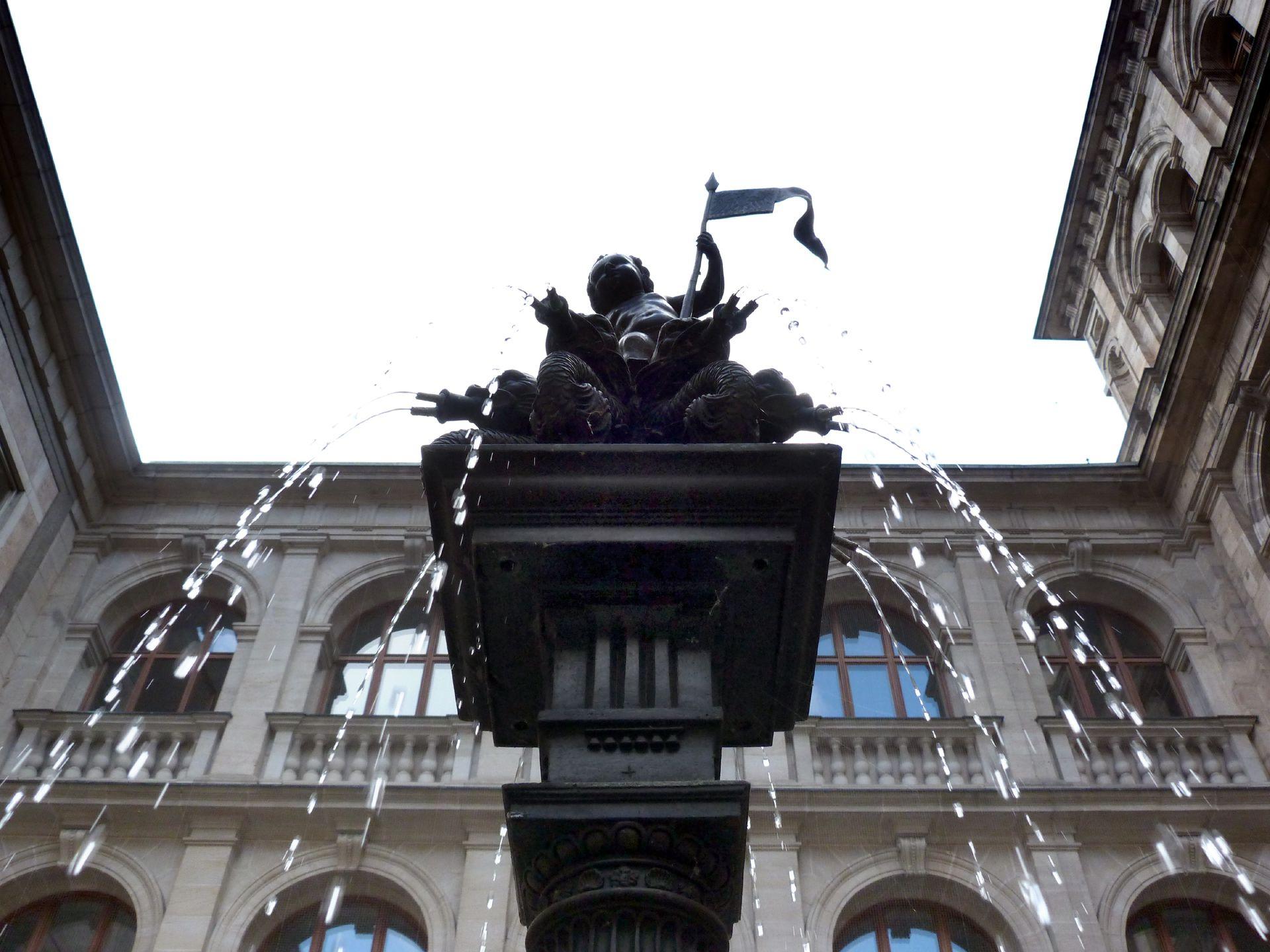 """Puttobrunnen Aufsatz von 1557, Detailansicht, Putto auf acht Drachenspeier stehend, (stellvertretend für """"Cerberus"""")"""