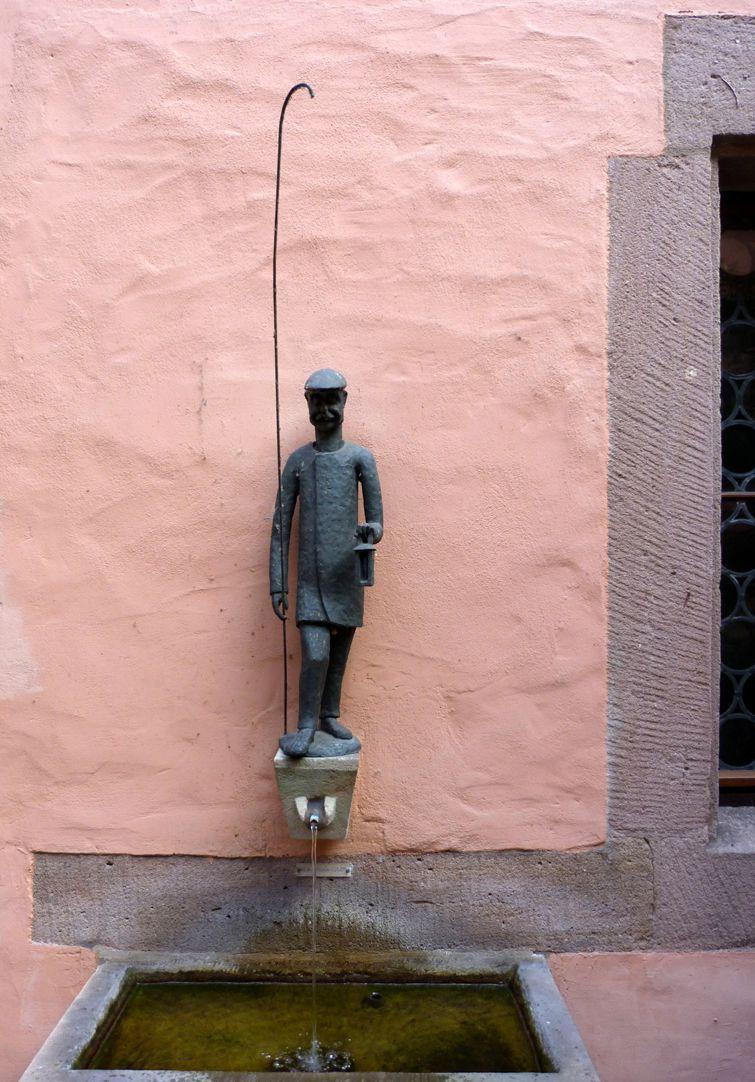 Laternenanzünderbrunnen Figur mit Brunnenschale