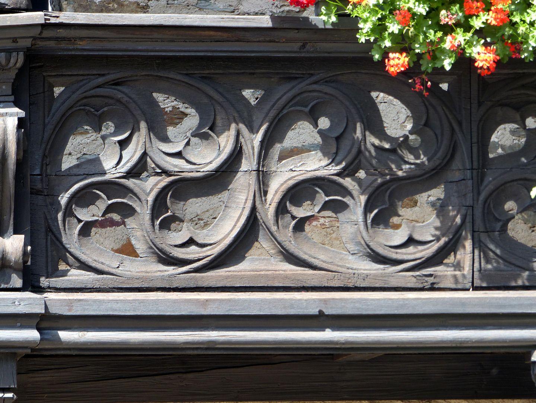 Nachgotische Holzgalerie aus Nürnberg Maßwerkbrüstung mit zentripetal angeordneten Fischblasen