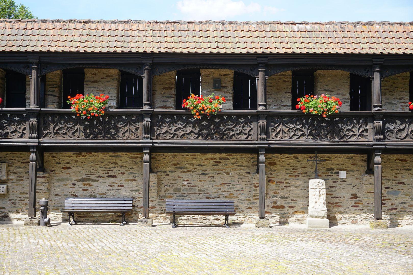 Nachgotische Holzgalerie aus Nürnberg Frontalansicht der Holzgalerien, jede Brüstung mit eigenem Muster.