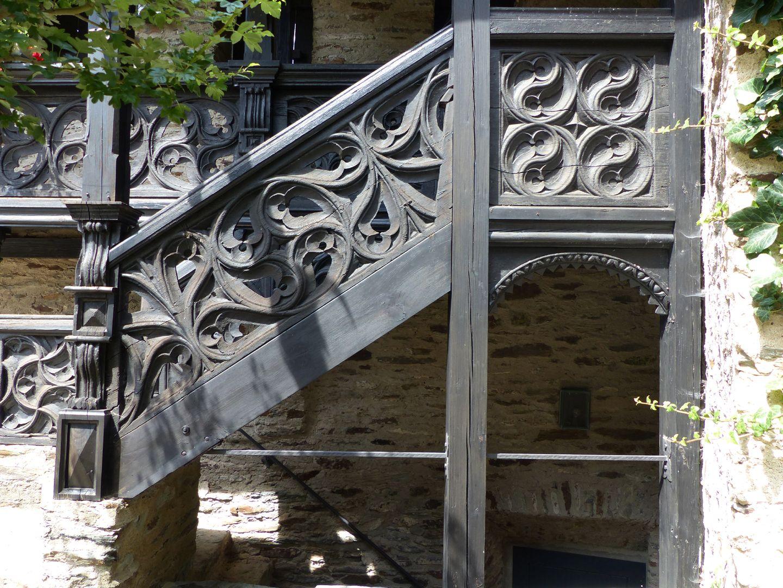 Nachgotische Holzgalerie aus Nürnberg Treppenaufgang Lauenstein. Das schräge Holzstück belegt die genuine Bausituation eines Aufgangs bereits im ursprünglichen Nürnberger Objekt.