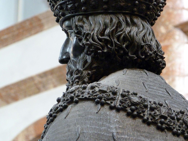 Leopold III. (Der Heilige) (Innsbruck) schräge Rückansicht mit Hermelinstola und Kette