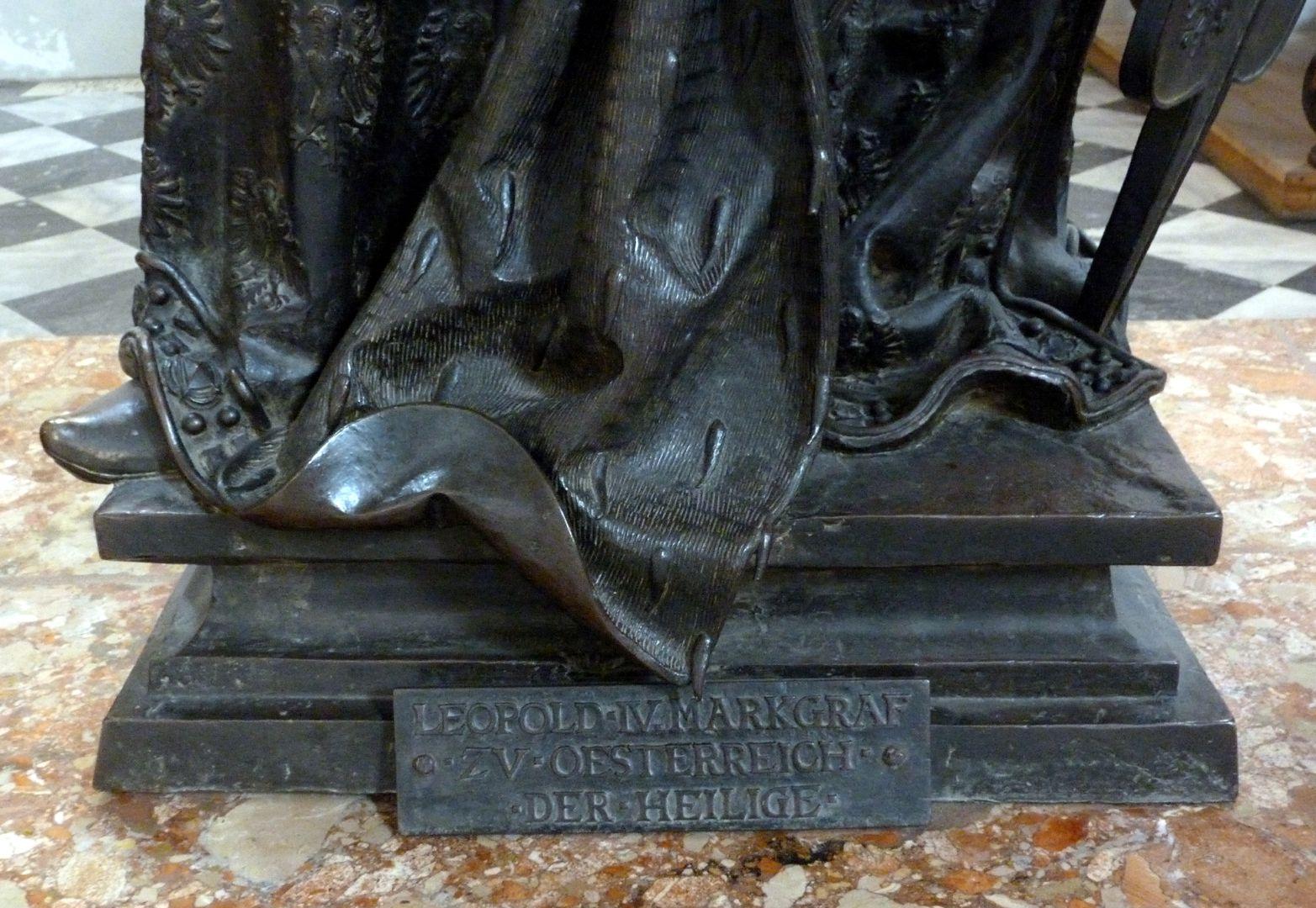 Leopold III. (Der Heilige) (Innsbruck) Sockel mit Inschrift