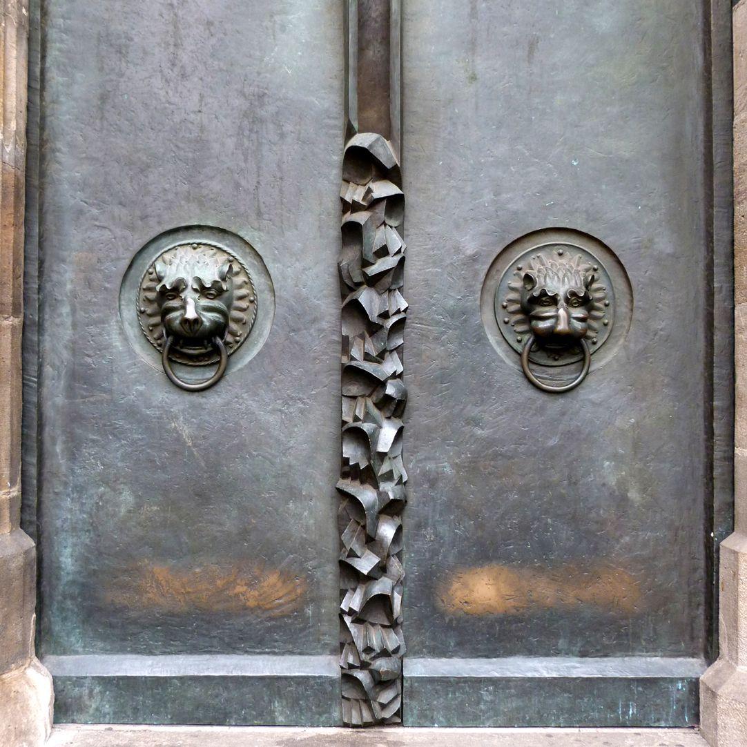 St. Lorenz, Westportal, Bronzetüren nördliche Tür mit mittelalterlichen Löwenköpfen und nach unten weisenden Händen