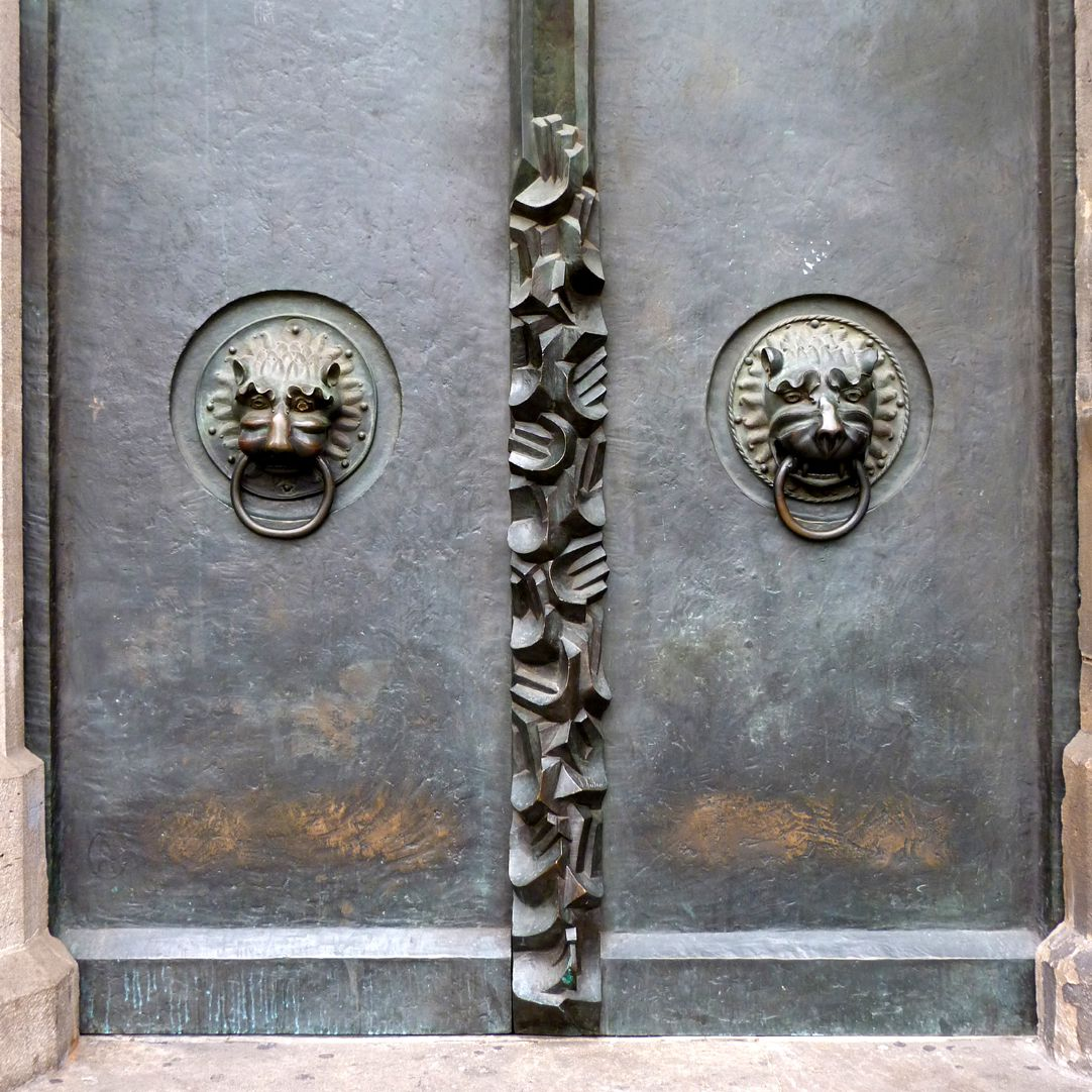 St. Lorenz, Westportal, Bronzetüren südliche Tür mit mittelalterlichen Löwenköpfen und nach oben weisenden Händen