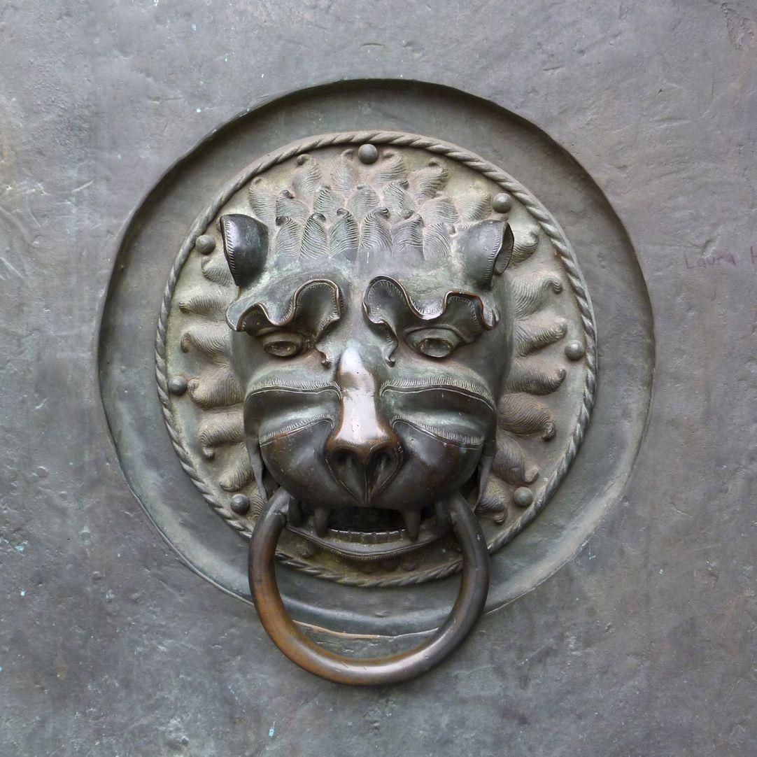 St. Lorenz, Westportal, Bronzetüren Detail mit mittelalterlichem Löwenkopf