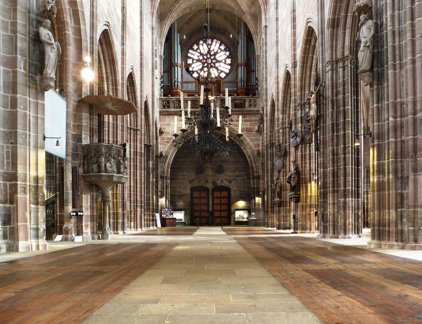 Die Lorenzkirche als Architektur Hauptschiff nach Westen.