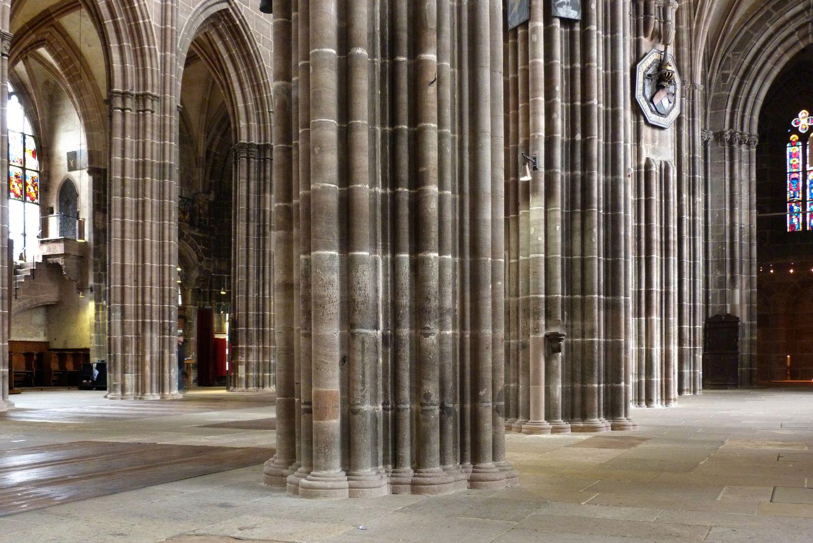 Die Lorenzkirche als Architektur Schrägblick vom nördlichen Seitenschiff nach SW