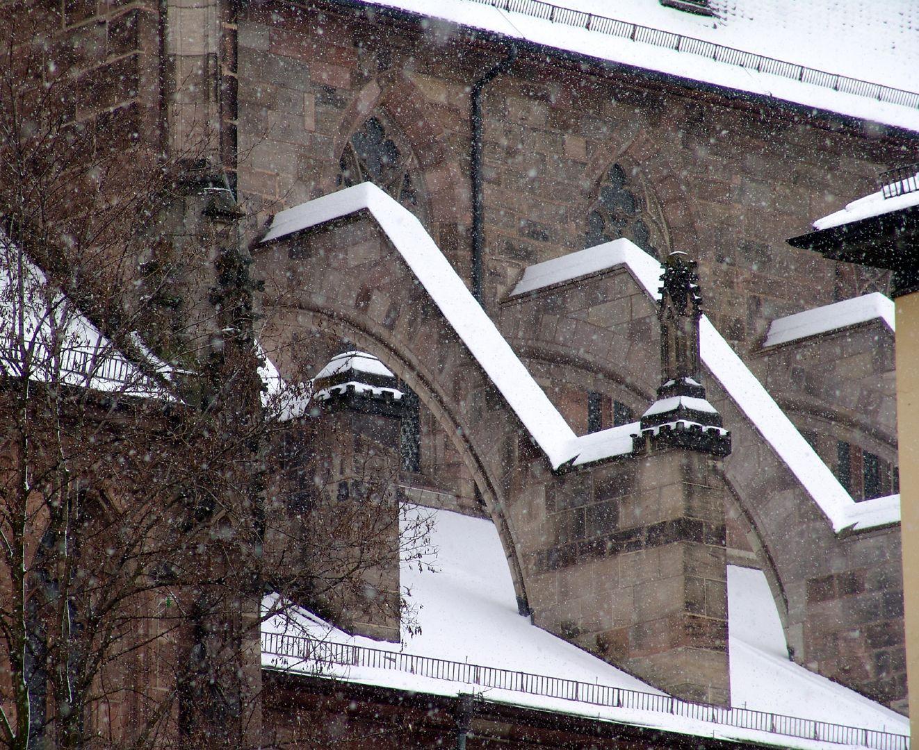 Die Lorenzkirche als Architektur nördliche Knickstrebepfeiler der Basilika