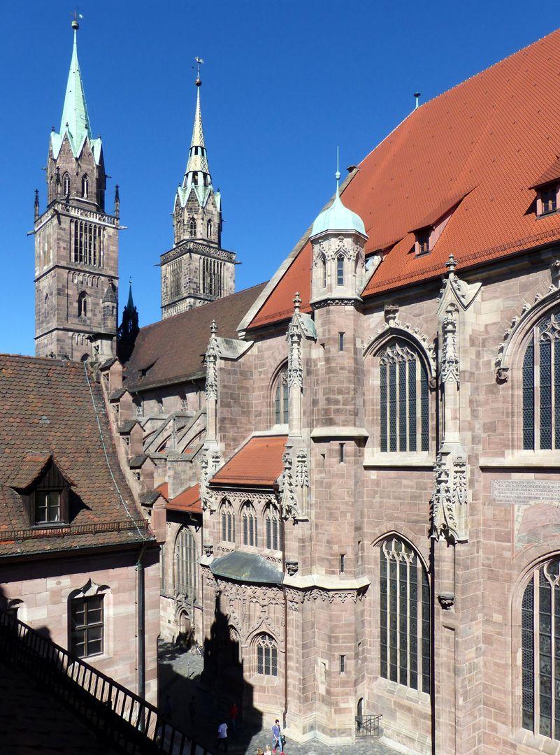 Die Lorenzkirche als Architektur Chor, Langhaus und Türme von SO. Links: das Pfarrhaus Heideloffs
