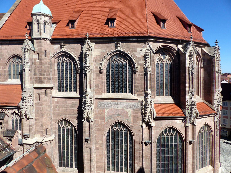 Die Lorenzkirche als Architektur Chor von S, das Chorpolygon mit den Pultdächern des Kapellenkranzes.