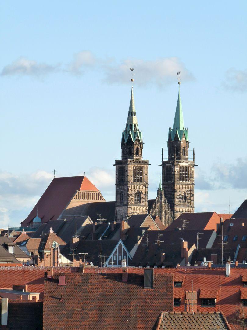 Die Lorenzkirche als Architektur Sankt Lorenz von NW, über den Dächern der Altstadt. Man bemerke den Höhenunterschied der Dächer von Langhaus und Chor. Die leichten Unsymmetrien sind teils Absicht, teils auf Verluste im Laufe der Zeit zurückzuführen.
