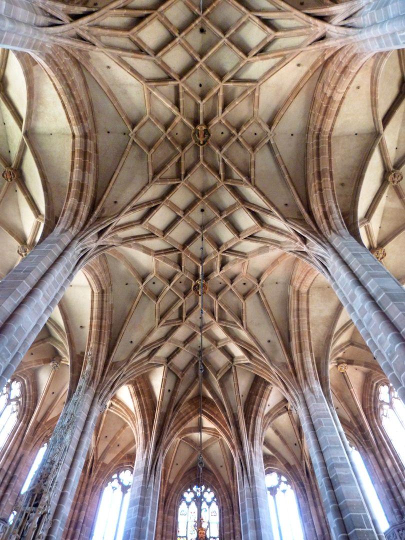 Die Lorenzkirche als Architektur Hallenchor mit Mittelschiffsgewölbe als Netz mit zum Teil sternartigen Mustern.
