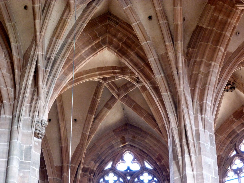 Die Lorenzkirche als Architektur Gewölbeanfänger im Chor. Sie schießen aus unterschiedlichen Steinlagen kapitelllos aufwärts, sich zum Teil überkreuzend.