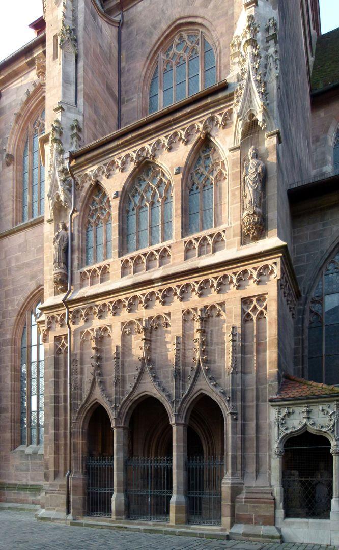 Die Lorenzkirche als Architektur Brautportal mit Fenstern der Volckamerempore, 1462-66 Matthäus Roritzer. Die dritte Arkade des Portals wurde defekt ausgeführt, was zur Entlassung des Baumeisters führte.