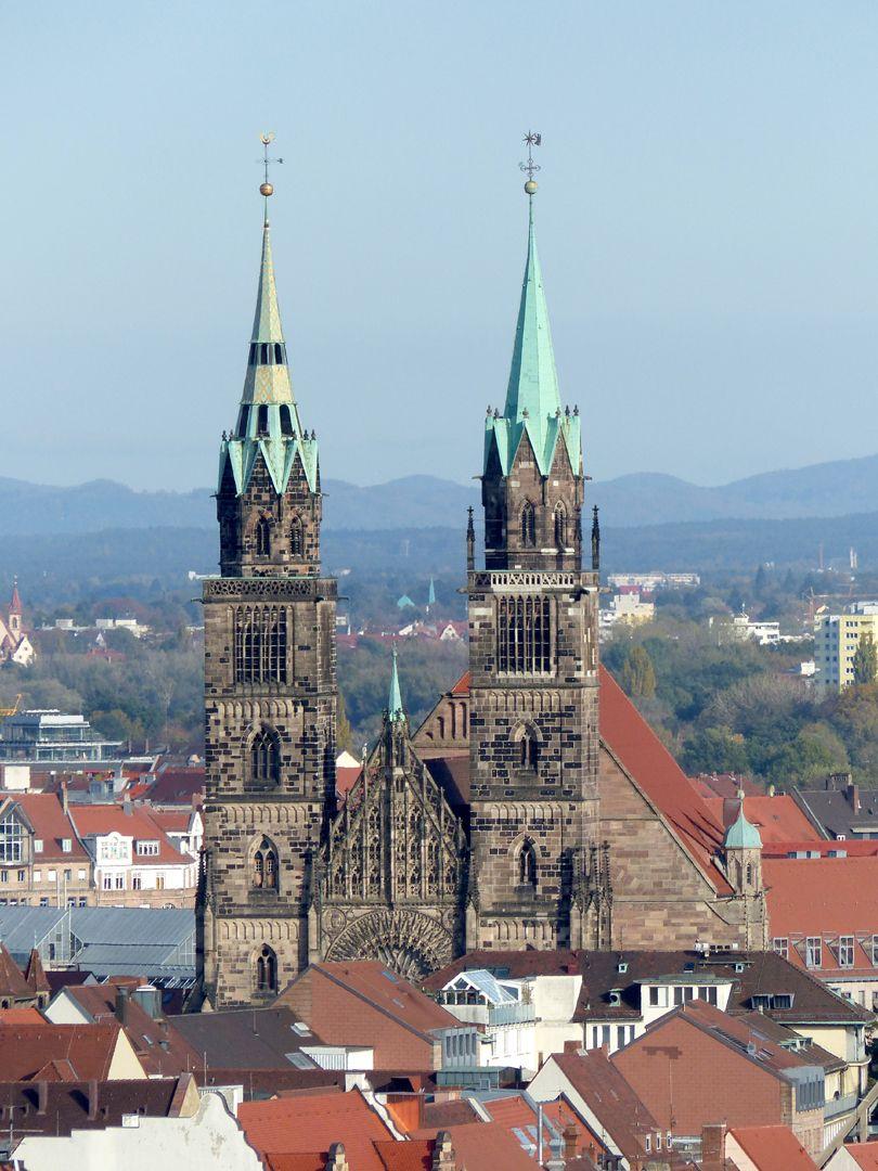 Die Lorenzkirche als Architektur Blick vom Plärrerhochhaus aus.