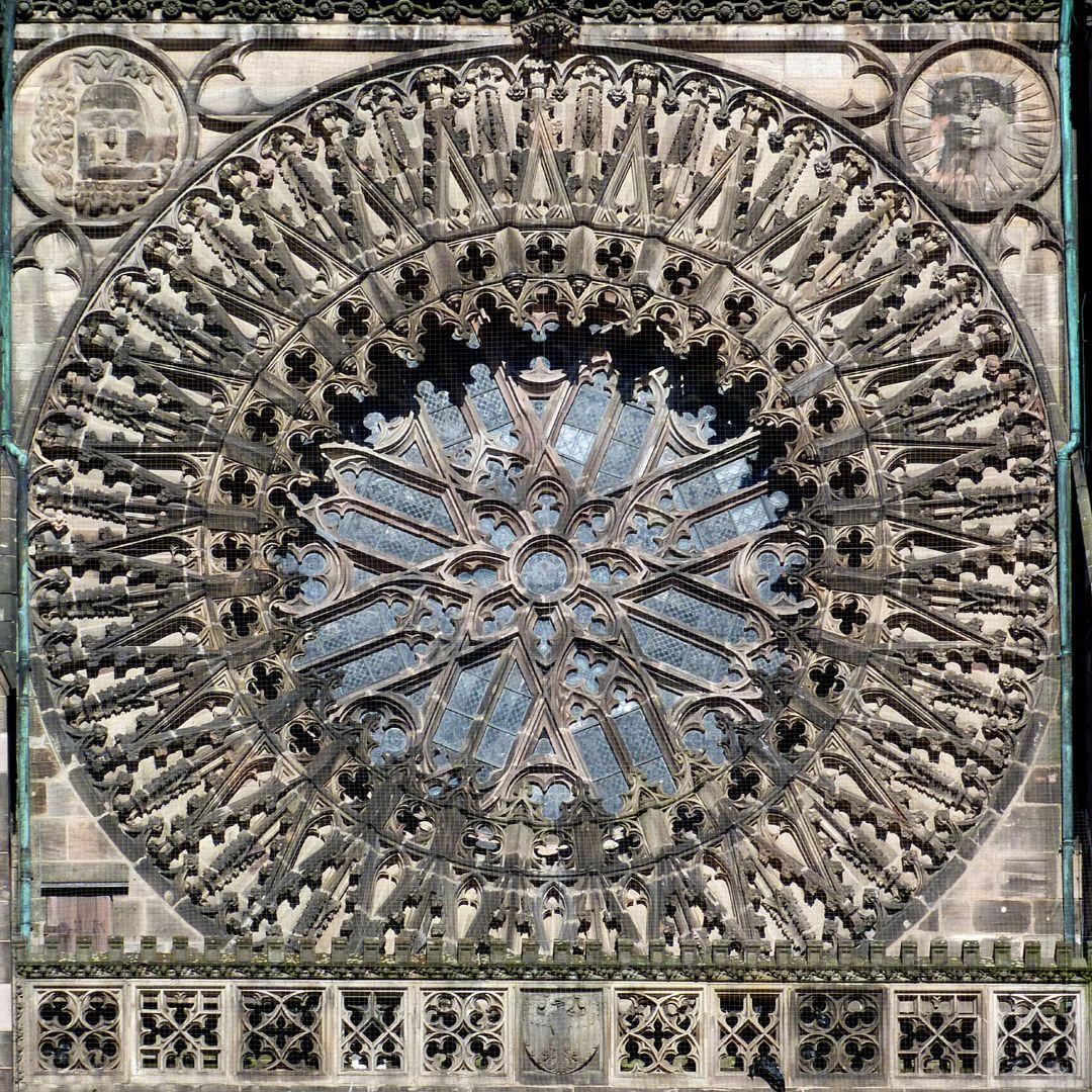 """Die Lorenzkirche als Architektur Westrose um 1353. Die vordere Schicht als Sonnenrad, die hintere als """"rotierende Windmühlenflügel"""" gestaltet."""