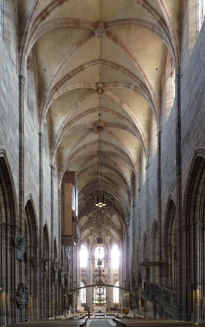 Die Lorenzkirche als Architektur Innenraum im Achsenblick nach Osten. Vorne die Basilika, hinten die Halle.
