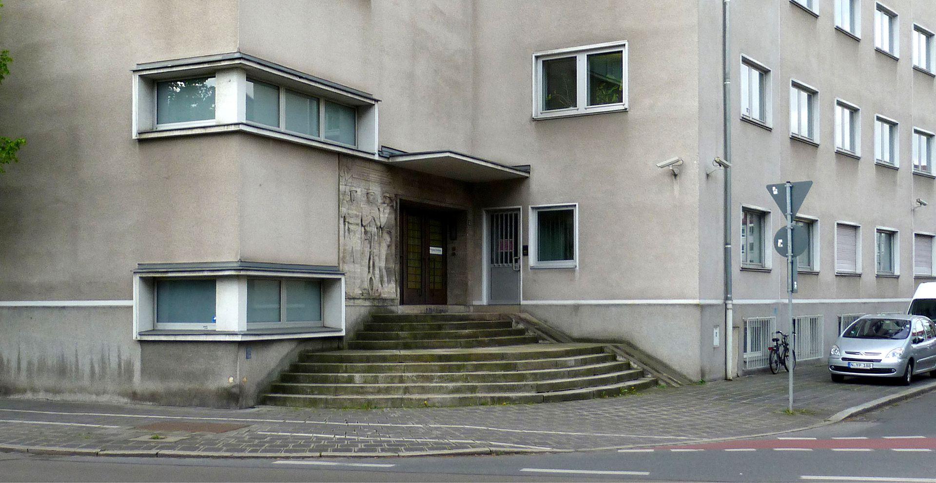 Verwaltungsgebäude des Fränkischen Überlandwerks Eingangsbereich mit Treppe
