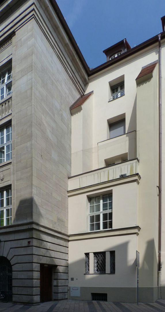 Bayerische Diskonto- und Wechselbank Übergang, Bankbau und Chorumfassungs- mauer mit Strebepfeiler