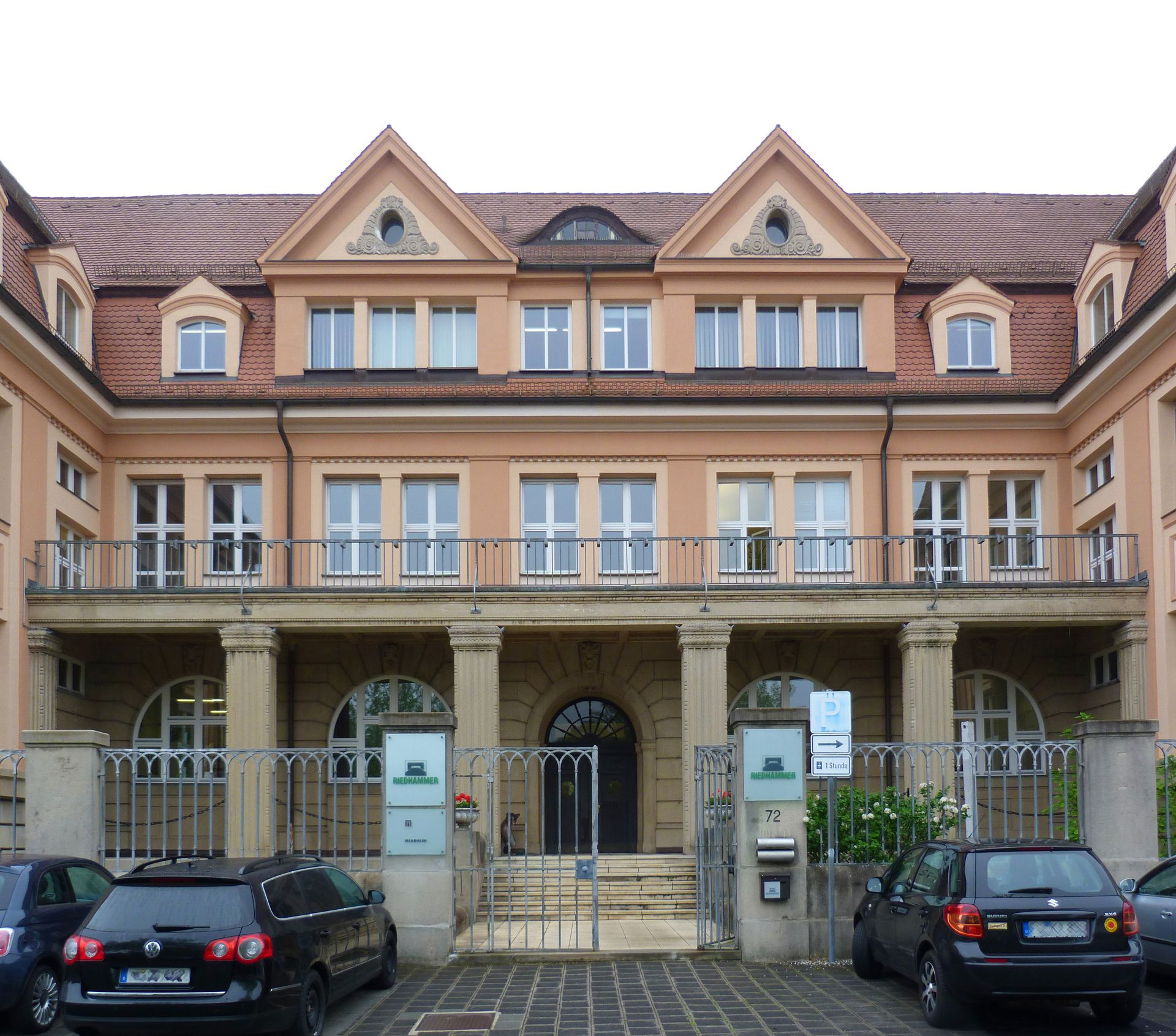 Verwaltungsgebäude der Neumeyer AG Mittelteil mit Eingang