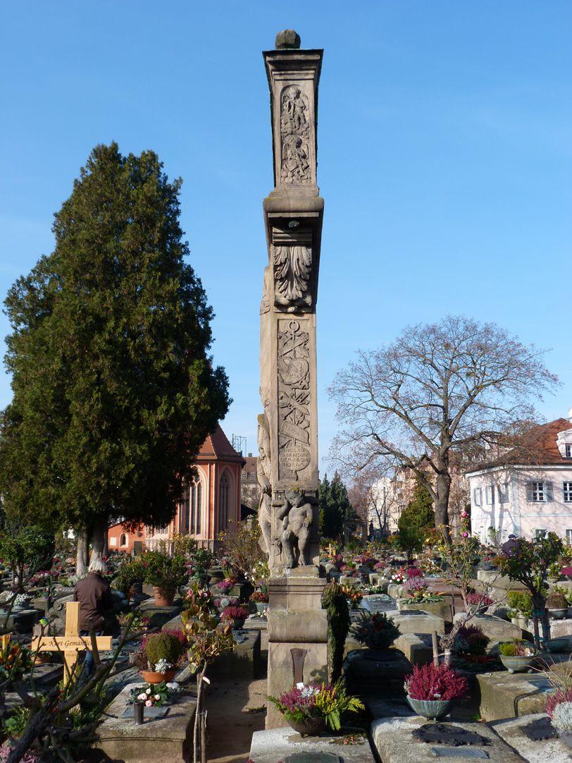 Gedächtnisstein des Wolfgang Münzer Seitenansicht Ost, mit Trophäenspruch und Engeln