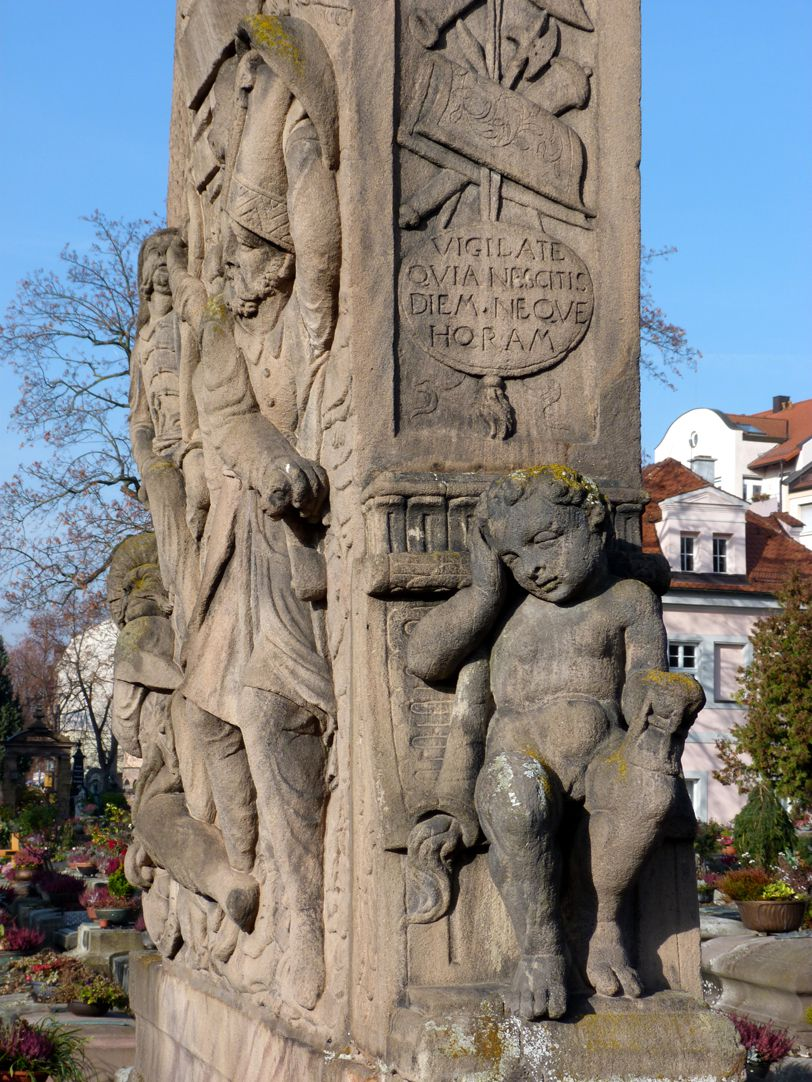 Gedächtnisstein des Wolfgang Münzer Seitenansicht Ost mit trauerndem Putto und  lateinischem Spruchschild