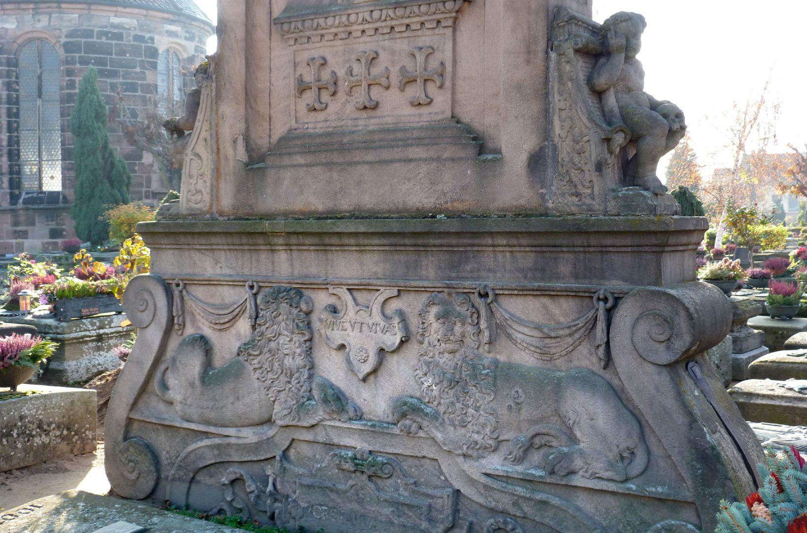 Gedächtnisstein des Wolfgang Münzer Basis, Rückansicht mit Löwen