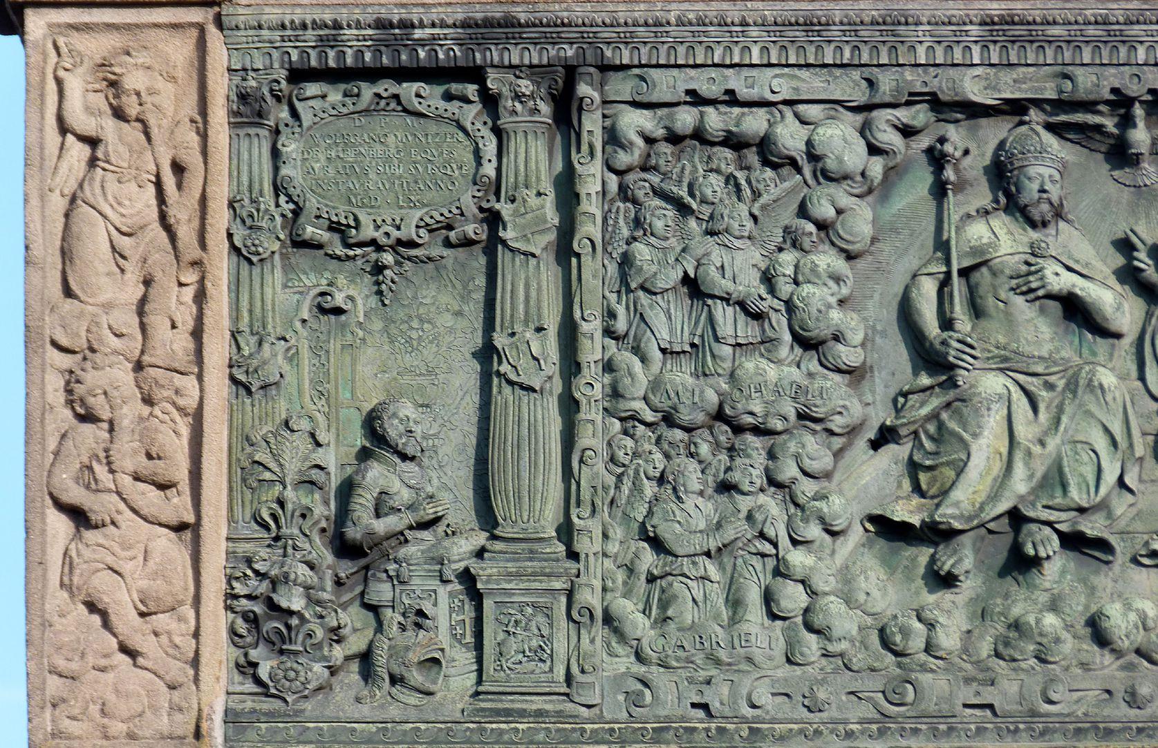 Gedächtnisstein des Wolfgang Münzer Detail mit Engelkonzert und dem knienden Vater Wolfgang und Detail der mittleren Himmelsszene