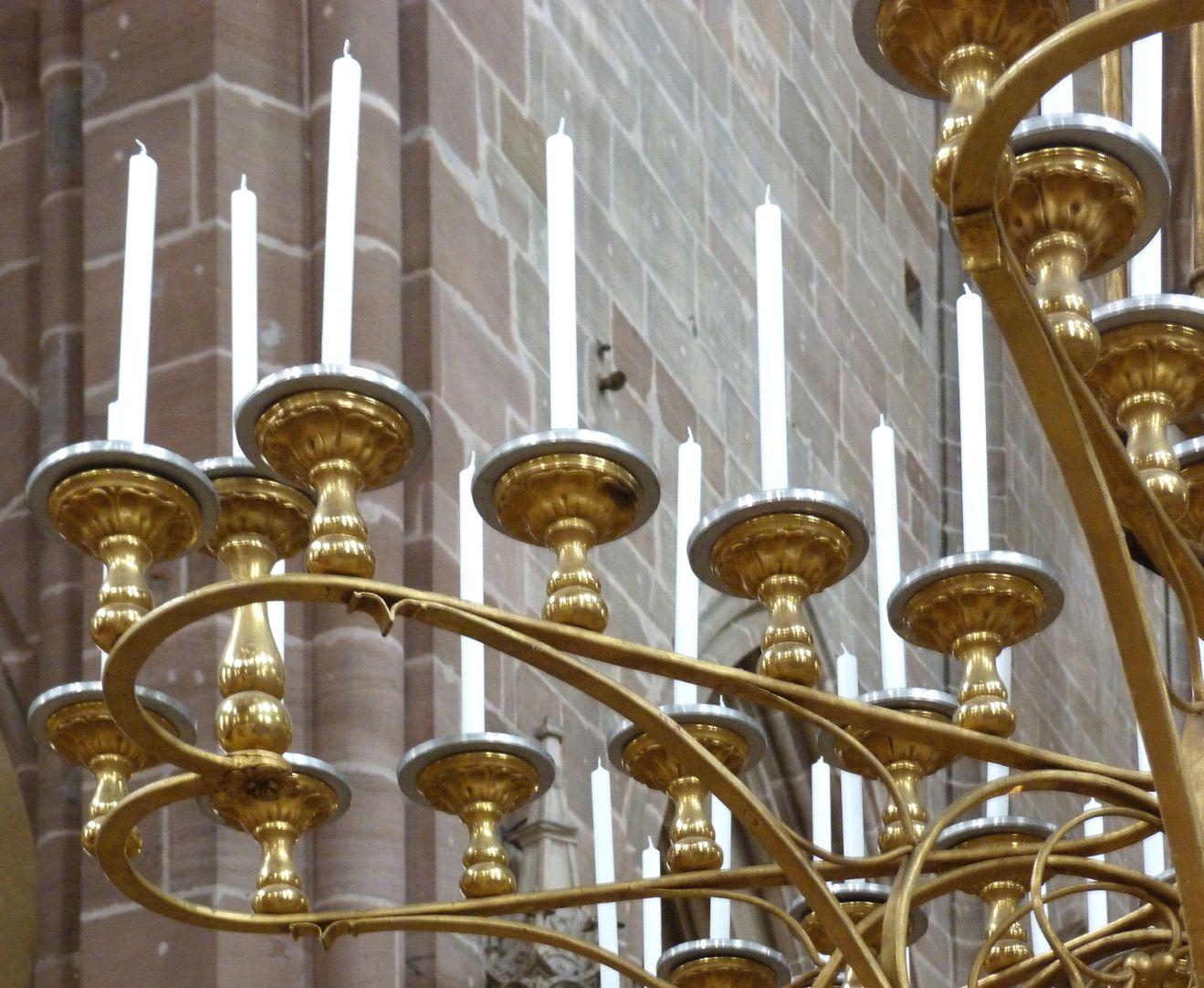 """Marienleuchter Detail einer """"Leuchtschleife""""  in Form eines Herzens mit 11 Kerzenträgern"""