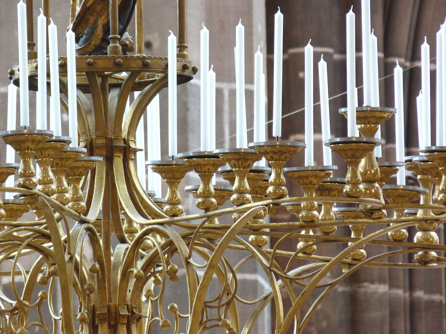 Marienleuchter Durchblick mit aufgereihten Kerzen