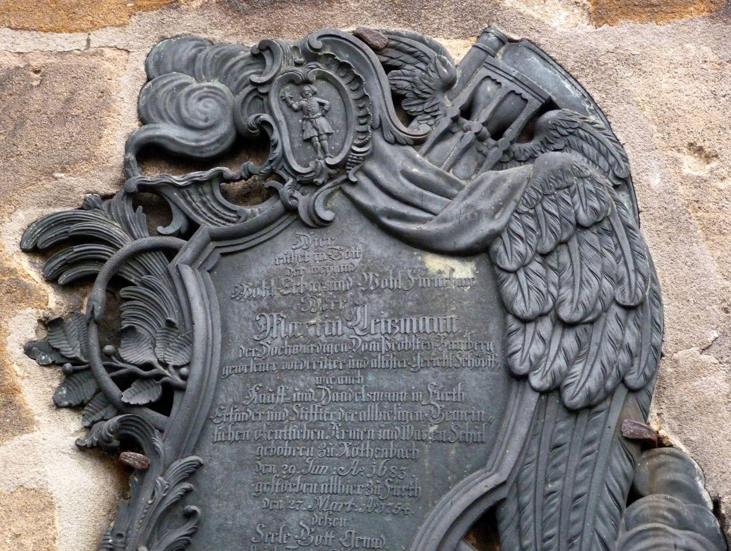 Martin Leitzmann obere Epitaphhälfte, rechts: geflügelte Sanduhr und Sense