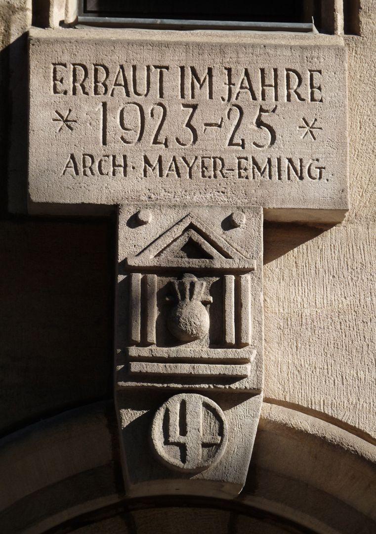 Commerzbank Schlussstein mit Datum, Signatur des Architekten und Meisterzeichen