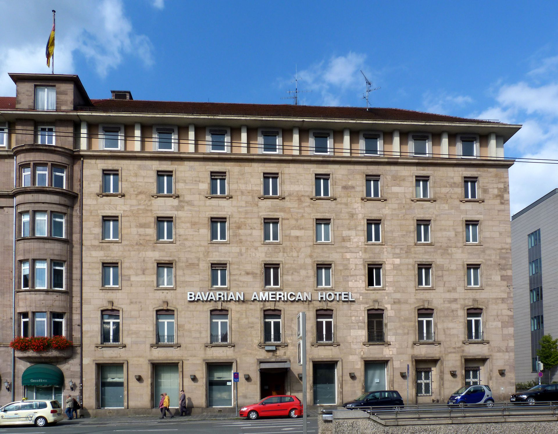 """Bahnhofsplatz, ehem. Gästehaus der """"Stadt der Reichsparteitage"""" Frontalansicht"""