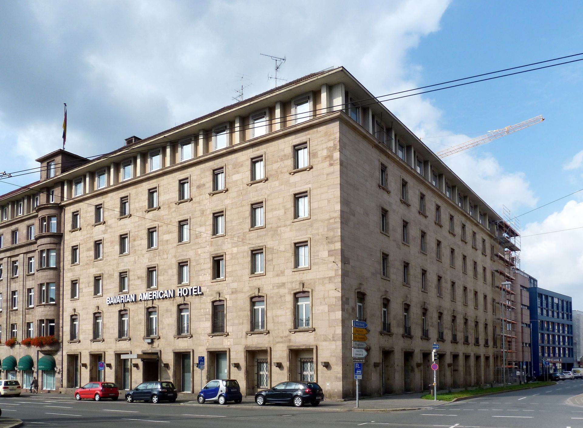 """Bahnhofsplatz, ehem. Gästehaus der """"Stadt der Reichsparteitage"""" Schrägansicht"""