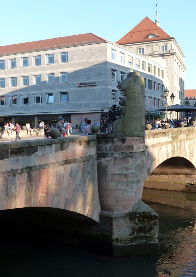 Kanzeln der Museumsbrücke mit Inschriften Östliche Kanzel, seitliche Ansicht, Ortsansicht