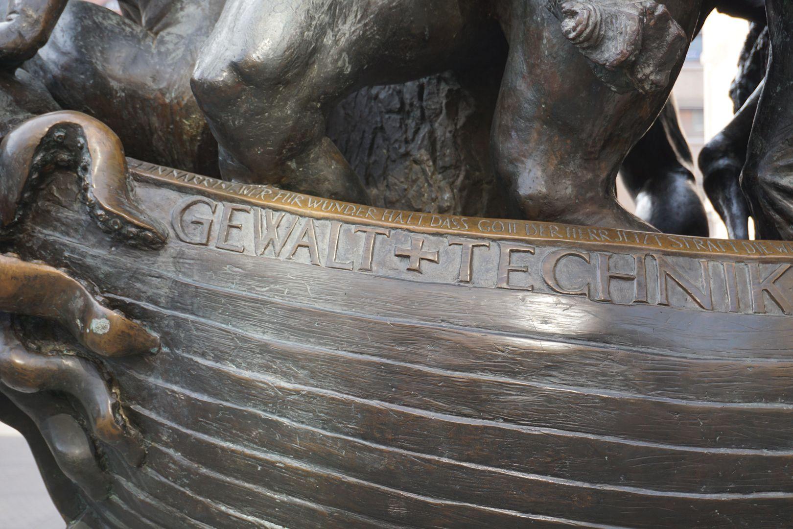Narrenschiff Schiffskörper mit Inschrift, Nordseite
